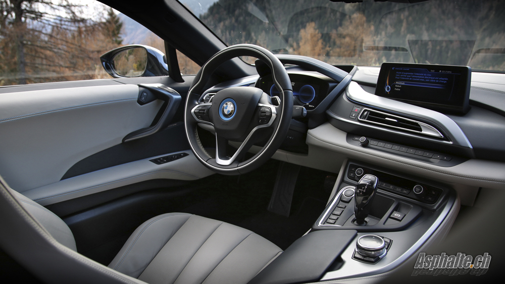 Bmw i8 essai voiture galerie for Interieur sport youtube