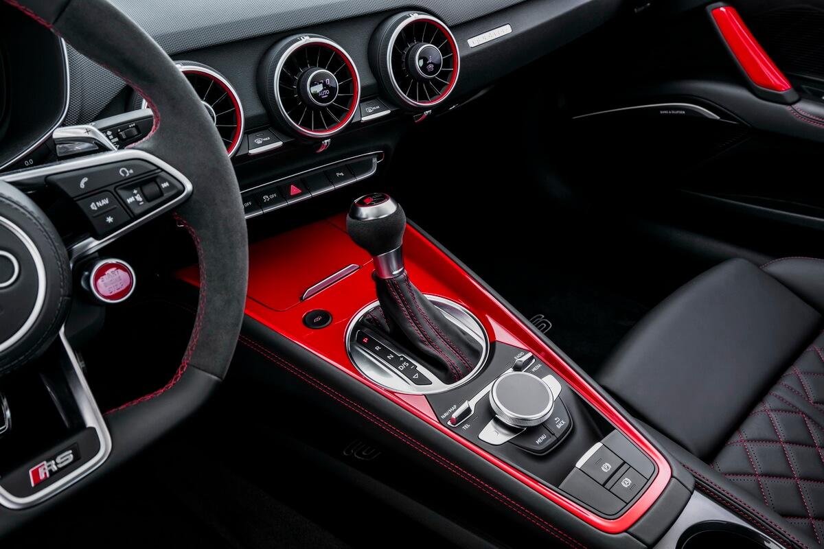 Essai Audi TT RS console centrale rouge