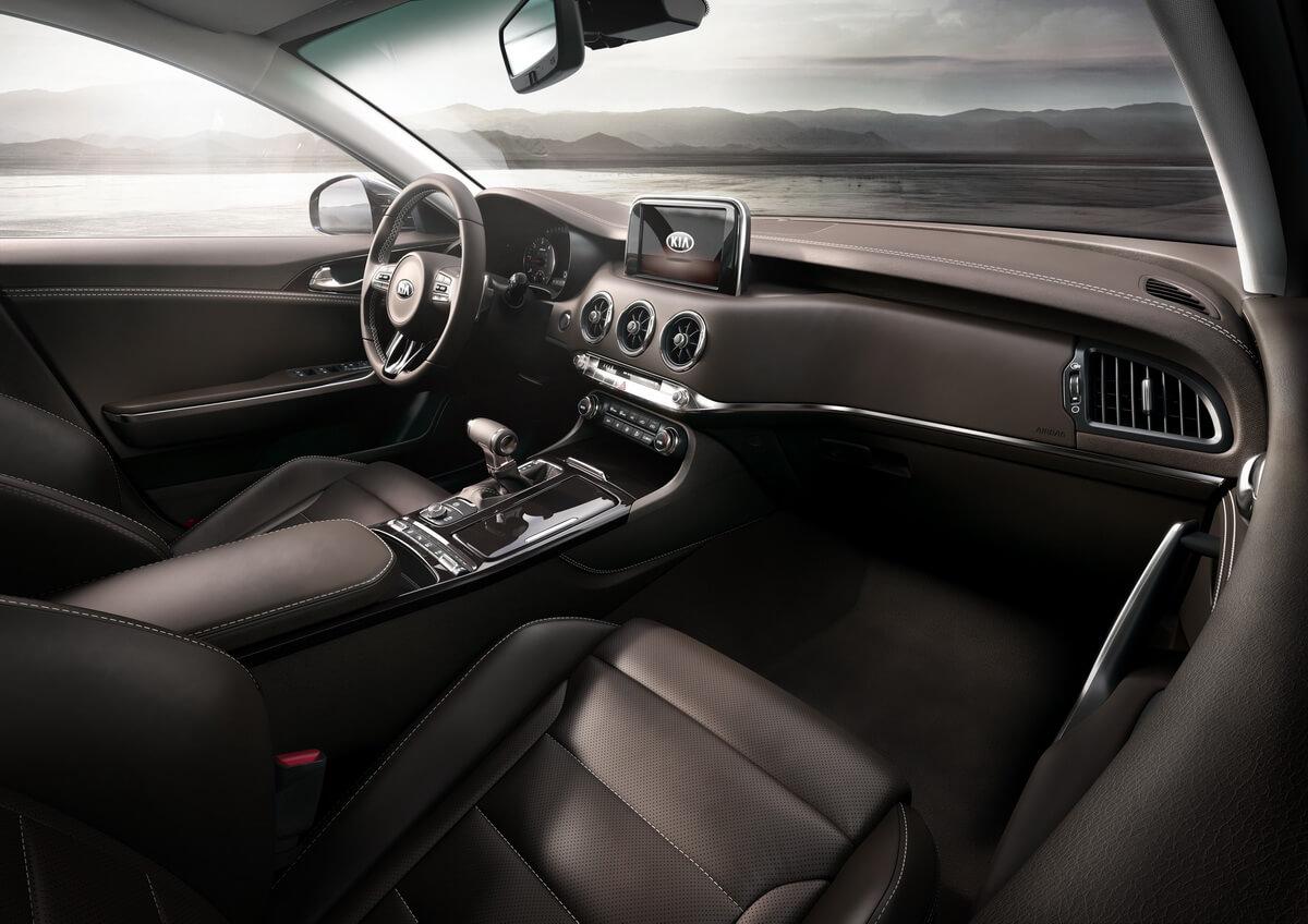 Kia Stinger GT intérieur tableau de bord