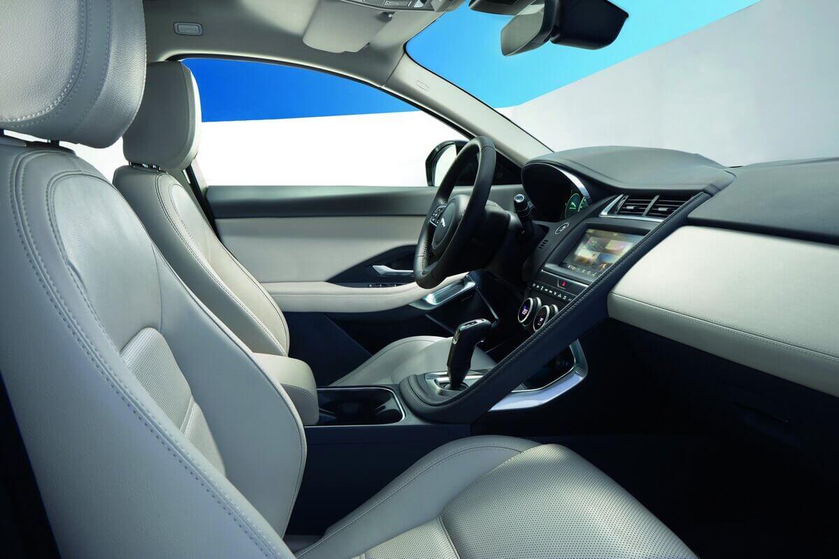 Jaguar E-Pace intérieur tableau de bord