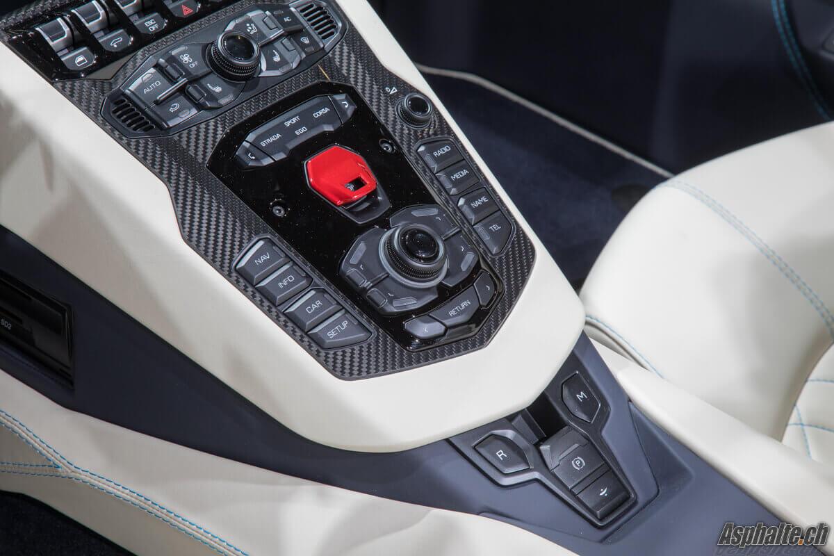 Lamborghini Aventador S Roadster intérieur console centrale