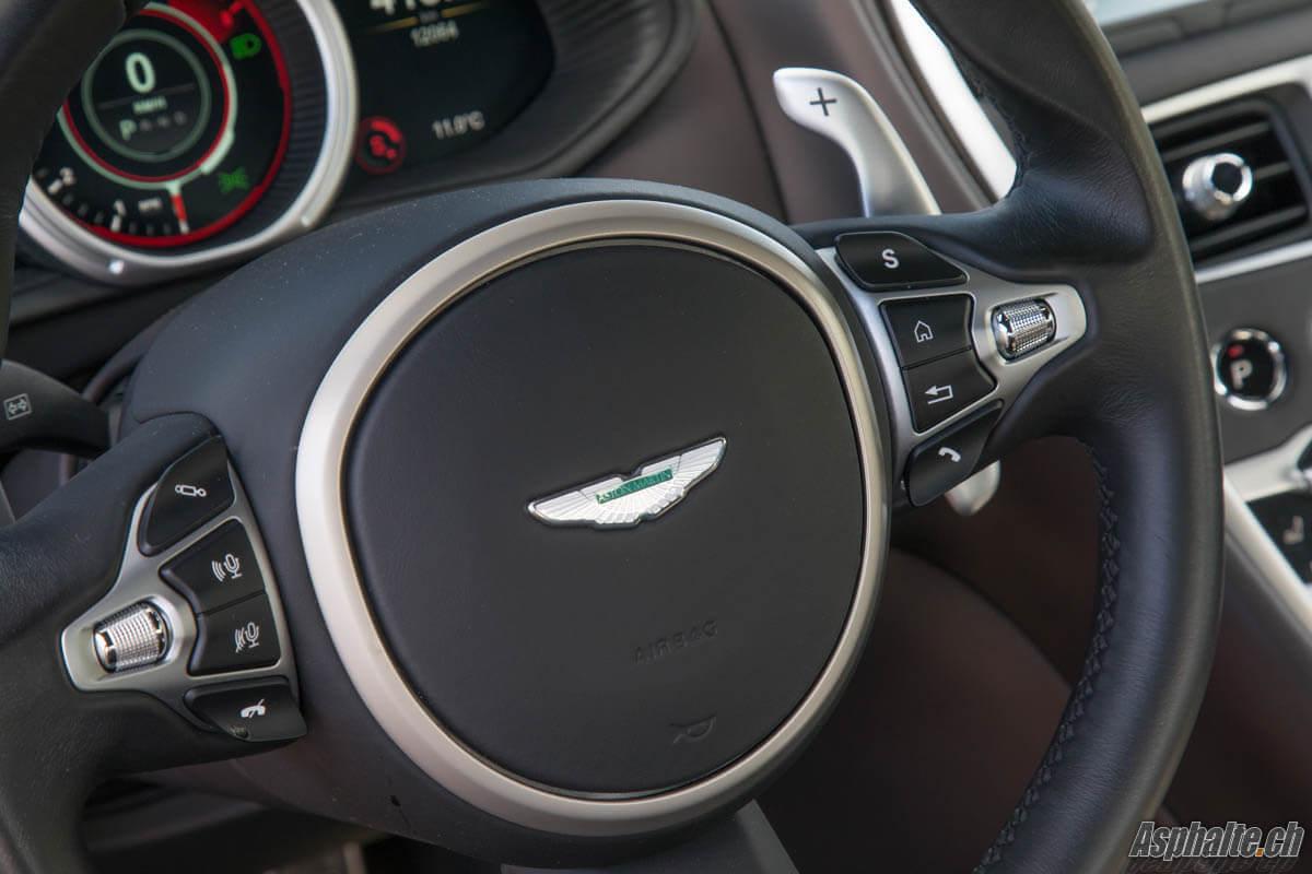 Essai Aston Martin DB11 V12 volant finition