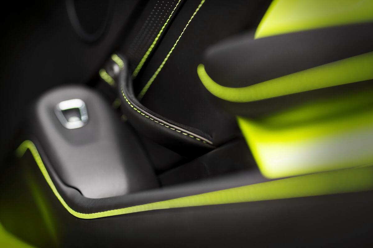 Aston Martin Vantage Lime Essence intérieur