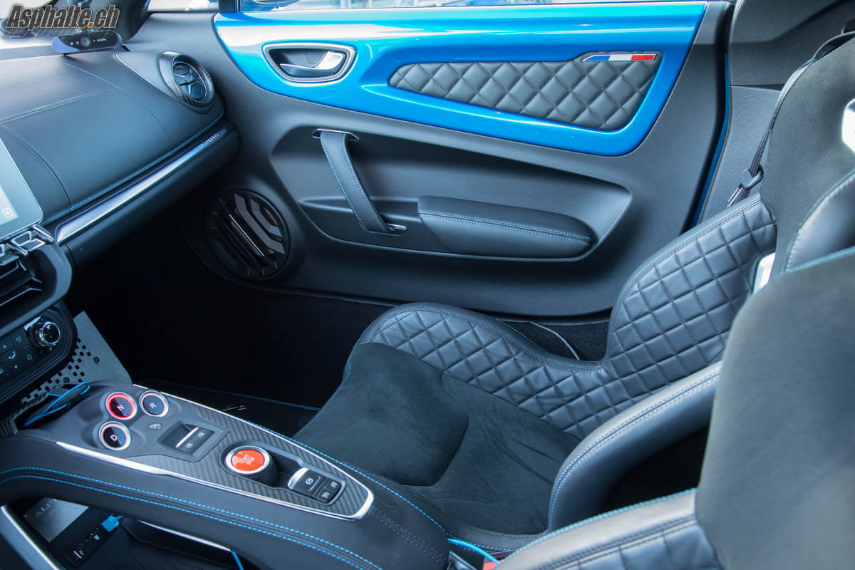 Essai alpine a110 premi re edition vers les sommets for Interieur alpine a110