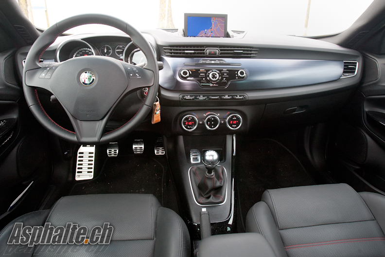 Alfa Romeo Giulietta Quadrifoglio Verde intérieur tableau de bord