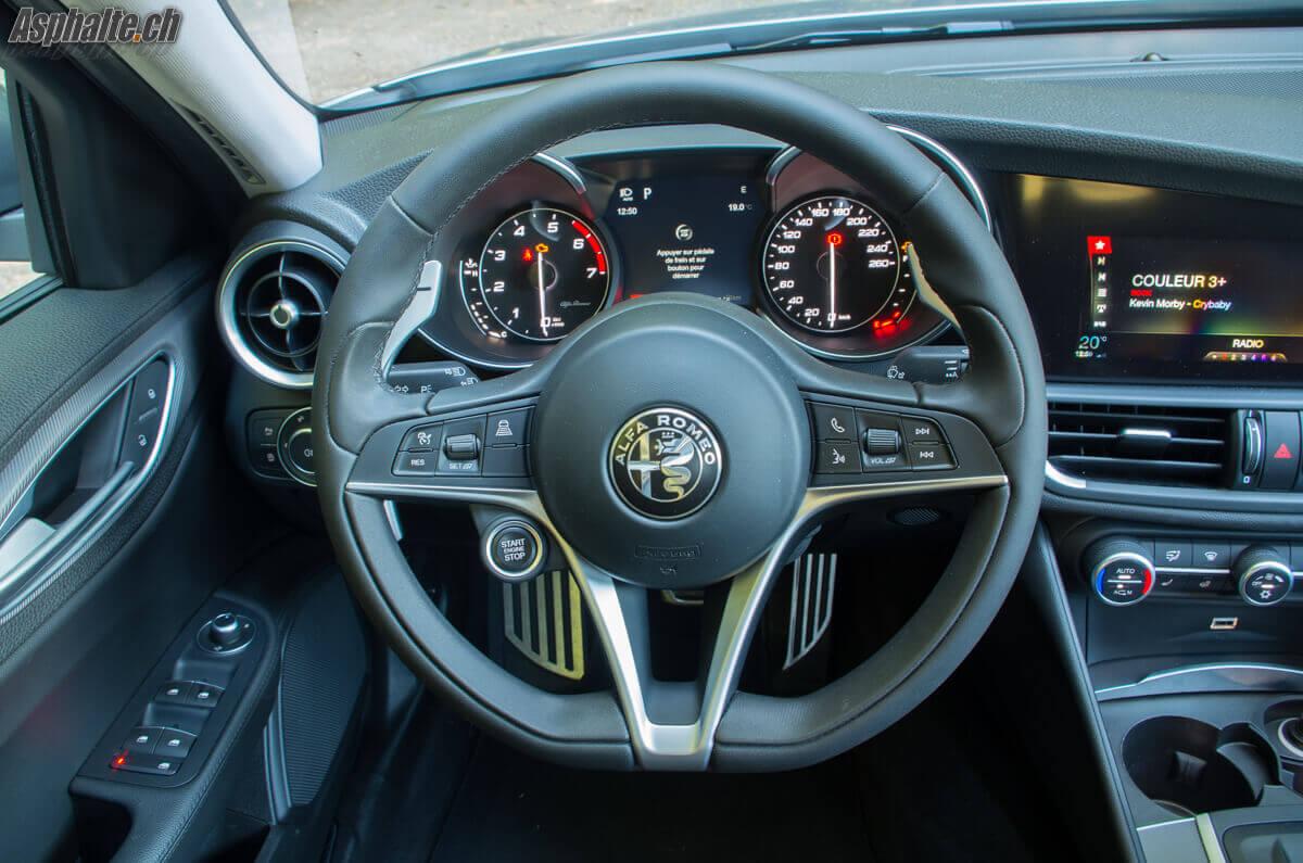 Essai Alfa Romeo Giulia Veloce intérieur compteurs