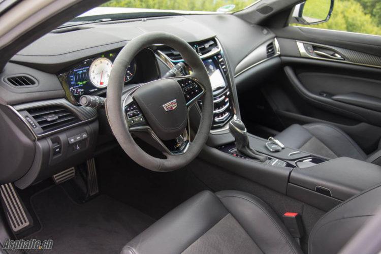 Essai Cadillac CTS-V intérieur cuir alcantara tableau de bord