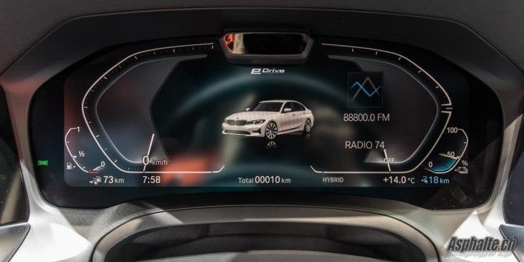 BMW 330e écran LCD compteurs